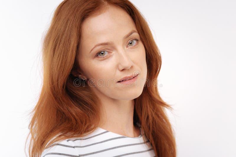 Stående av denhaired kvinnan med löst hår arkivbilder