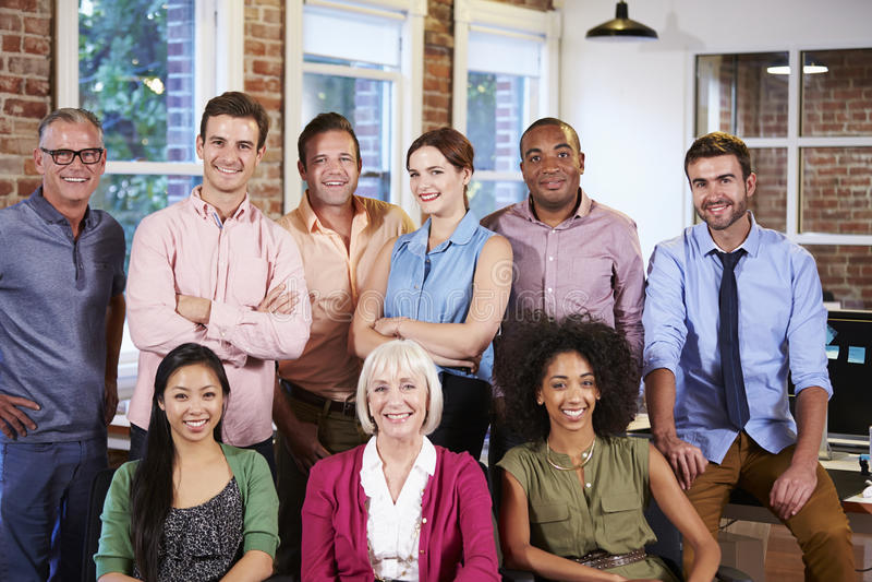 Stående av denkulturella kontorspersonalen royaltyfri bild