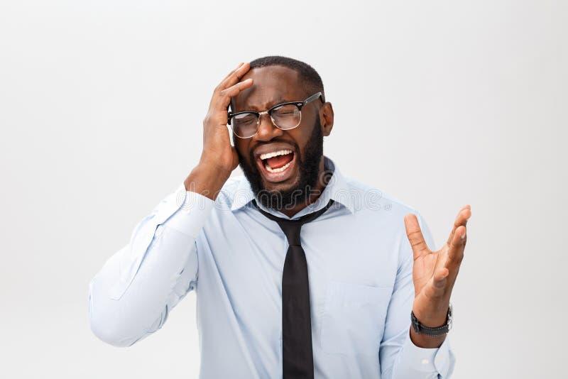 Stående av desperat förargat svart manligt skrika i ursinne och ilska som ut river hans hår, medan känna sig rasande och tokigt royaltyfria foton