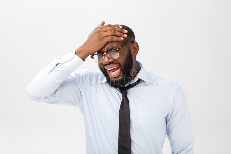 Stående av desperat förargat svart manligt skrika i ursinne och ilska som ut river hans hår, medan känna sig rasande och tokigt arkivbilder