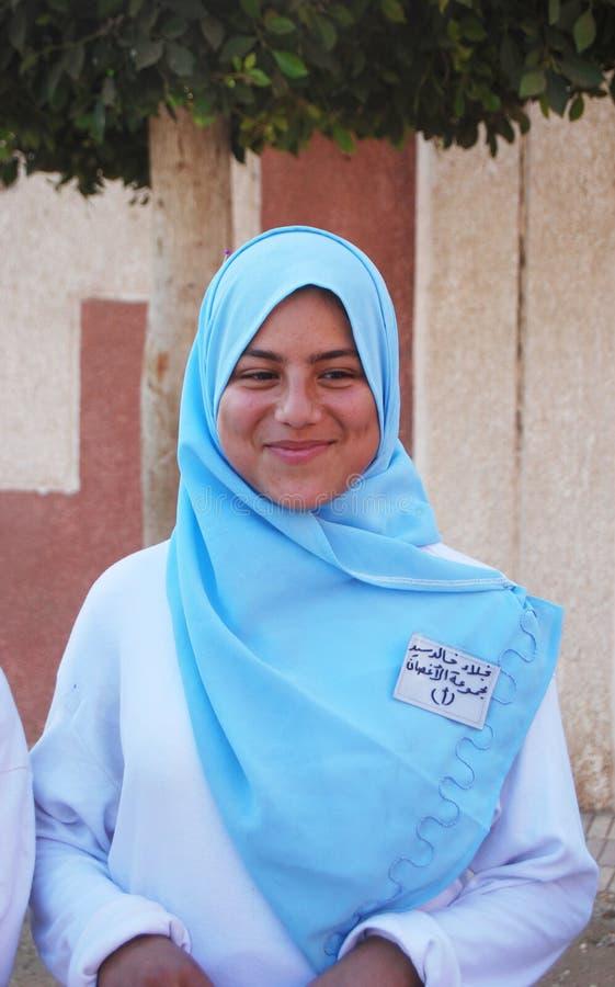 Stående av det anständiga leendet för ung kvinna i Egypten arkivbild
