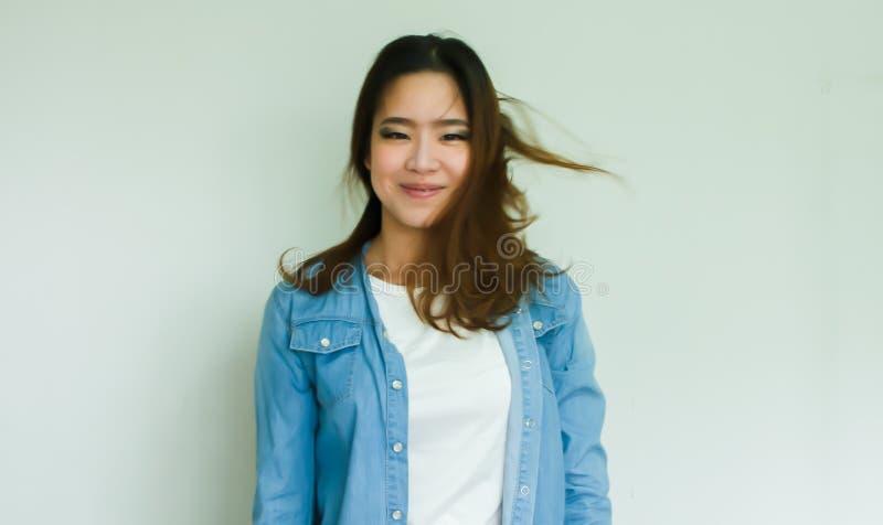 Stående av det bärande jeanomslaget för asiatisk kvinna royaltyfria bilder
