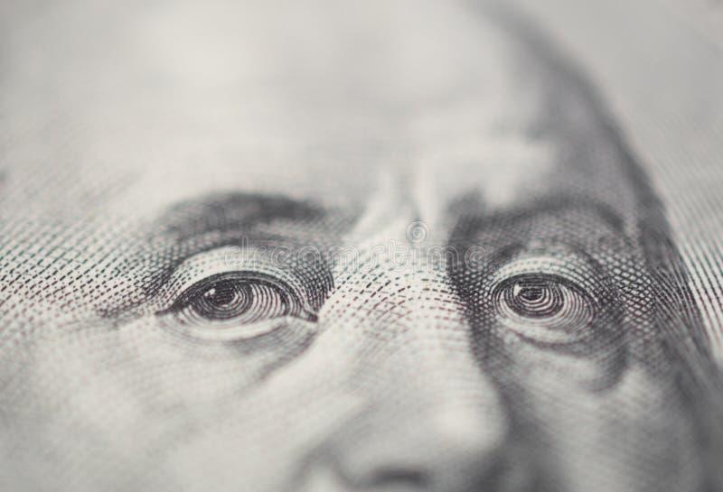 Stående av det Ben Franklin ögat på dollarräkningen för USA 100 i makro royaltyfria foton