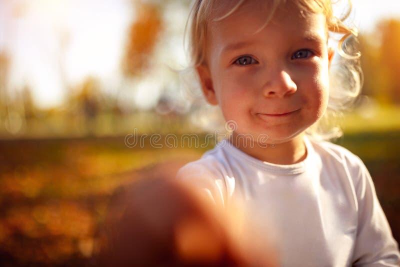 Stående av det härliga pojkebarnet - pysen i hösten parkerar royaltyfria foton