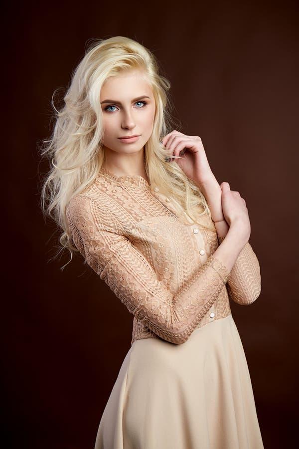 Stående av det härliga unga blonda flickamodefotoet arkivfoton