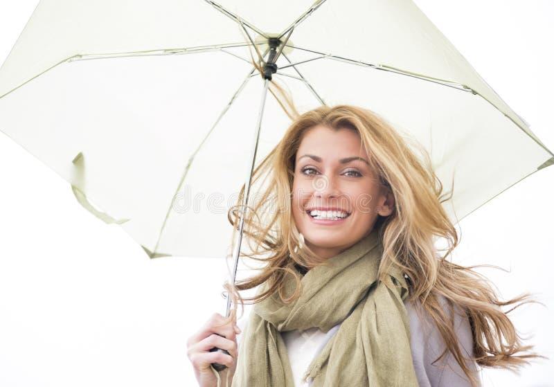 Stående av det hållande paraplyet för kvinna royaltyfria foton