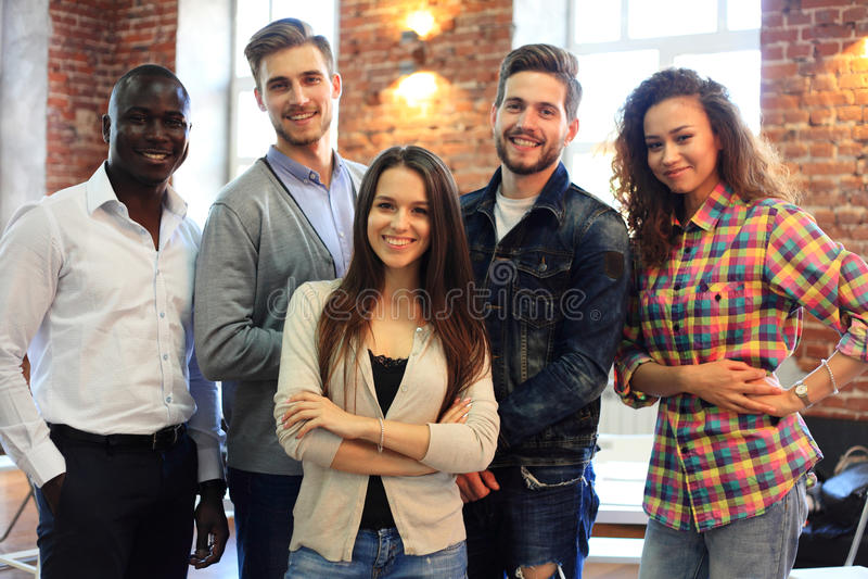 Stående av det idérika affärslaget som tillsammans står och skrattar Blandras- affärsfolk tillsammans på starten royaltyfria foton