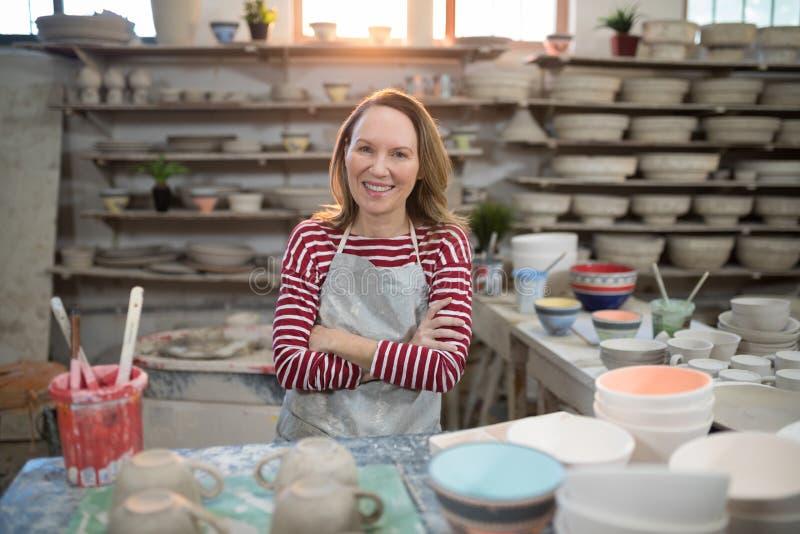 Stående av det kvinnliga keramikeranseendet på worktop arkivfoto
