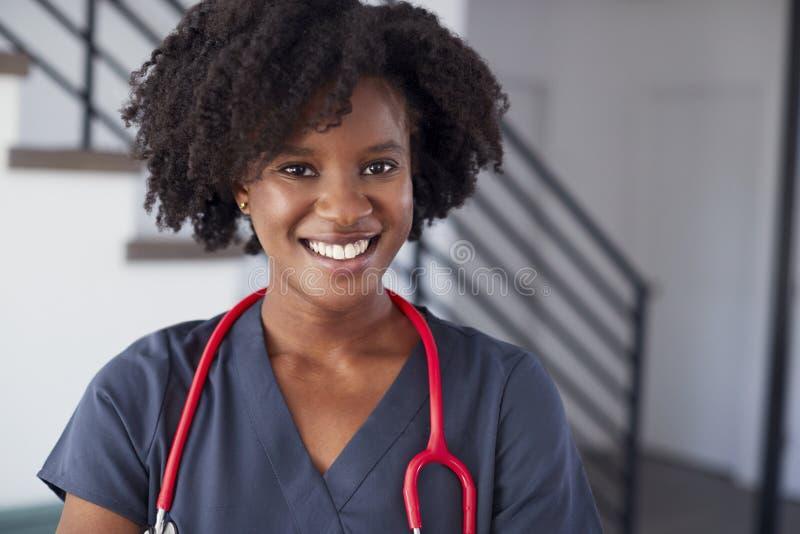 Stående av det kvinnliga sjuksköterskaWearing Scrubs In sjukhuset arkivbilder