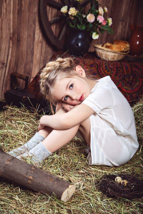 Stående av det lilla barnet i lantlig stil fotografering för bildbyråer