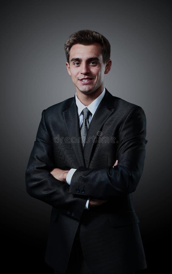 Stående av det lyckade anseendet för affärsman på svart bakgrund royaltyfri bild