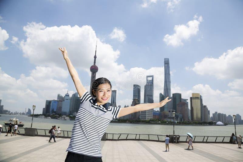 Download Stående Av Det Lyckliga Kvinnaanseendet Med Armar Som är Utsträckta På Promenad Mot Pudong Horisont Arkivfoto - Bild av finansiellt, kines: 78731432