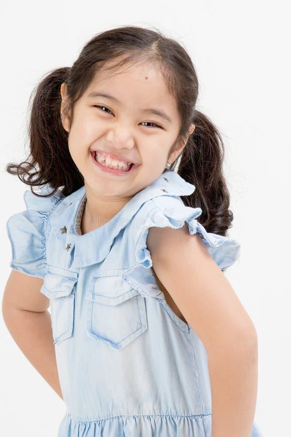 Stående av det lyckliga lilla asiatiska barnet arkivfoton