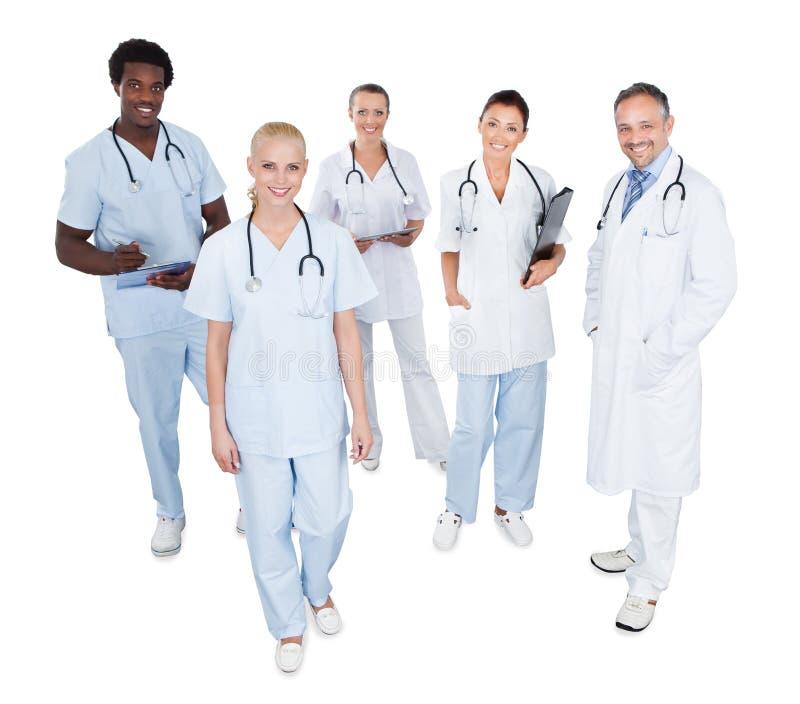 Stående av det lyckliga multietniska medicinska laget arkivfoto