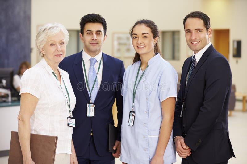 Stående av det medicinska laget för sjukhus arkivfoto