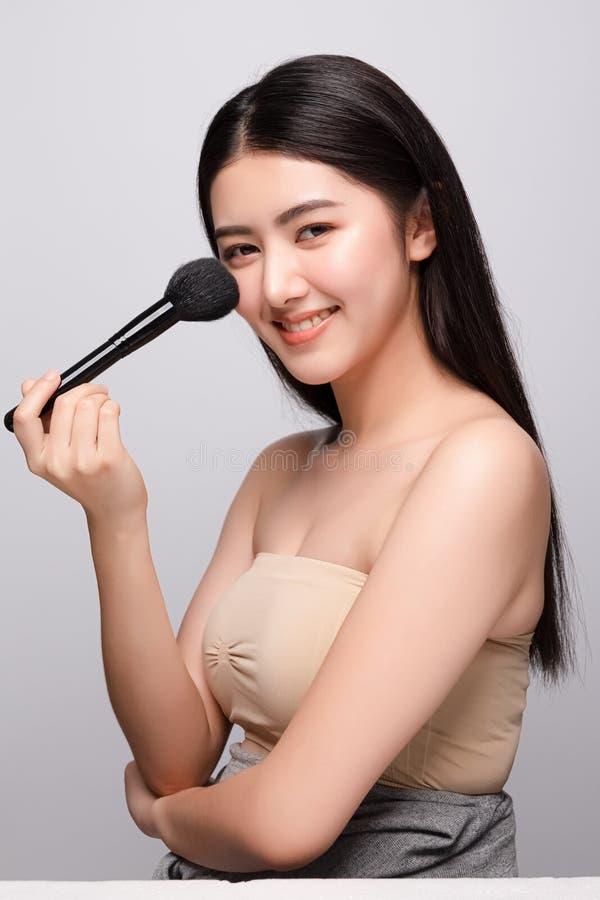 Stående av det rena nya kala hudbegreppet för härlig ung asiatisk kvinna Asiatisk skincare för flickaskönhetframsida och vård- we royaltyfri fotografi