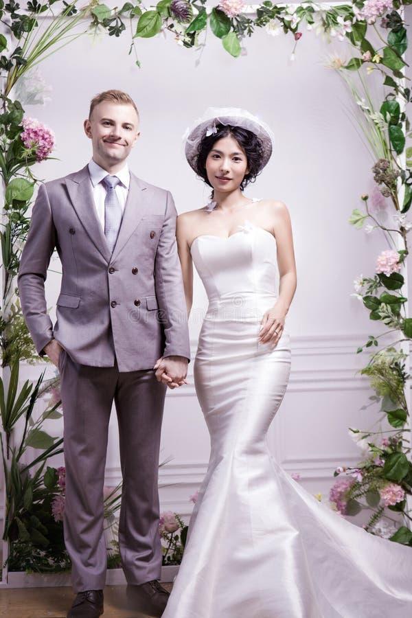 Download Stående Av Det Säkra Bröllopparanseendet Mot Den Vita Väggen Arkivfoto - Bild av händelser, längd: 78732222