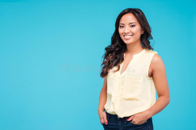 Stående av det säkra härliga unga asiatiska kvinnaanseendet royaltyfria foton