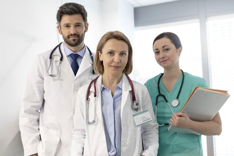 Stående av det säkra medicinska yrkesmässiga laget på sjukhuset royaltyfri foto