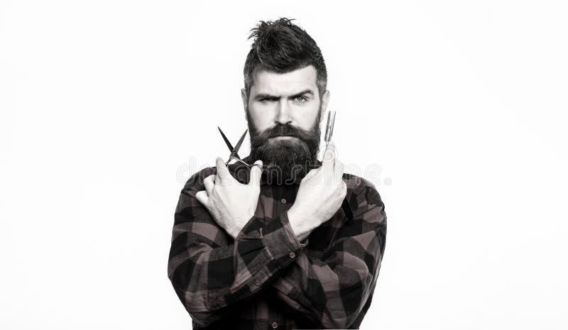 Stående av det stilfulla manskägget Barberaresaxen och den raka rakkniven, barberare shoppar Skäggig man, skäggig man Tappning arkivfoto