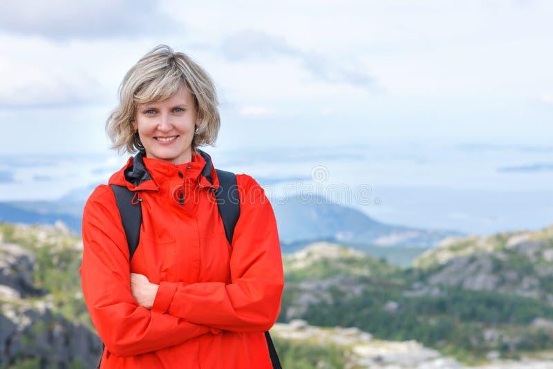 Stående av det turist- anseendet för lycklig kvinna som utomhus ler royaltyfria foton