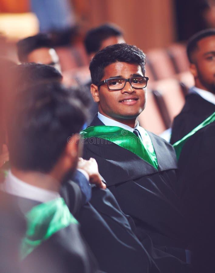 Stående av doktoranden i kappa på avläggande av examenceremoni royaltyfria foton