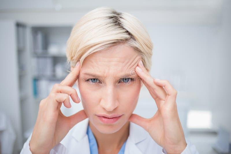 Stående av doktorslidande från huvudvärk fotografering för bildbyråer