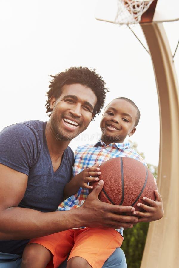 Stående av domstolen för faderAnd Son On basket royaltyfri foto