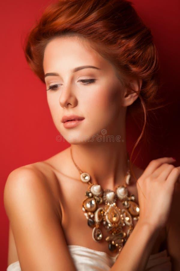 Stående av edwardian kvinnor för rödhårig man royaltyfri foto