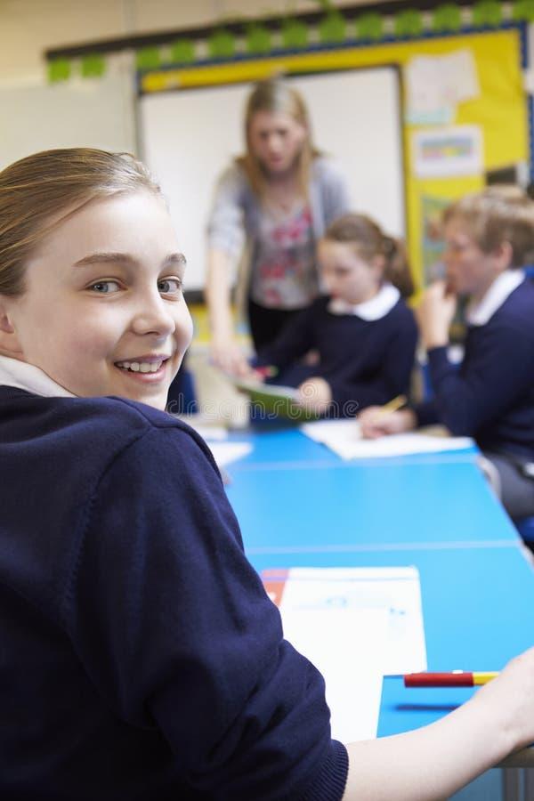 Stående av eleven i klassrum med läraren fotografering för bildbyråer