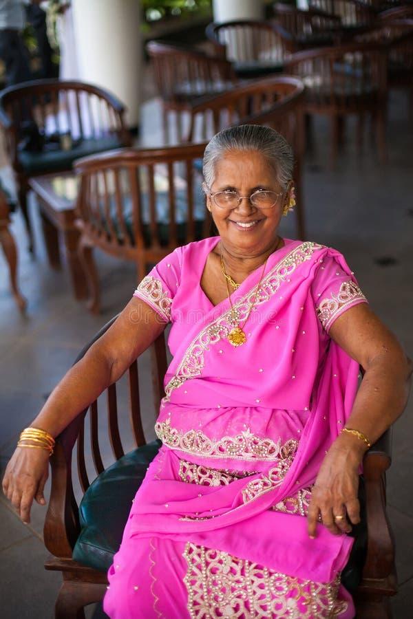 Stående av en äldre indisk lycklig kvinna i en festlig nationell sari royaltyfria foton