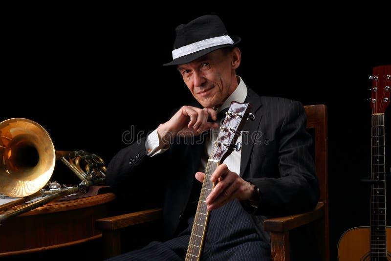 Stående av en äldre jazzmusiker i retro stil arkivbilder