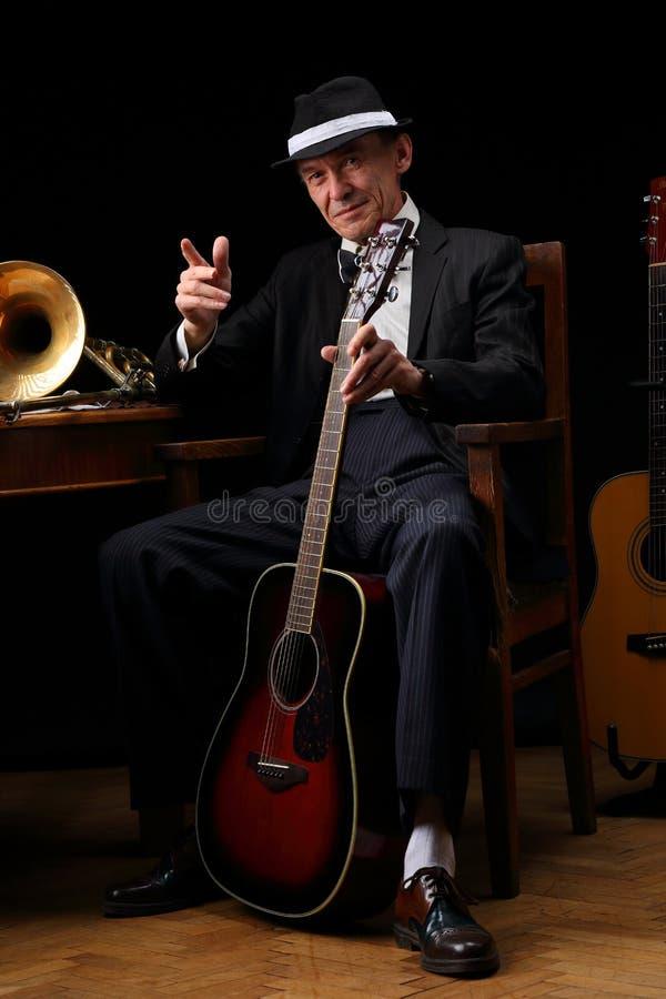 Stående av en äldre jazzmusiker i retro stil royaltyfri foto