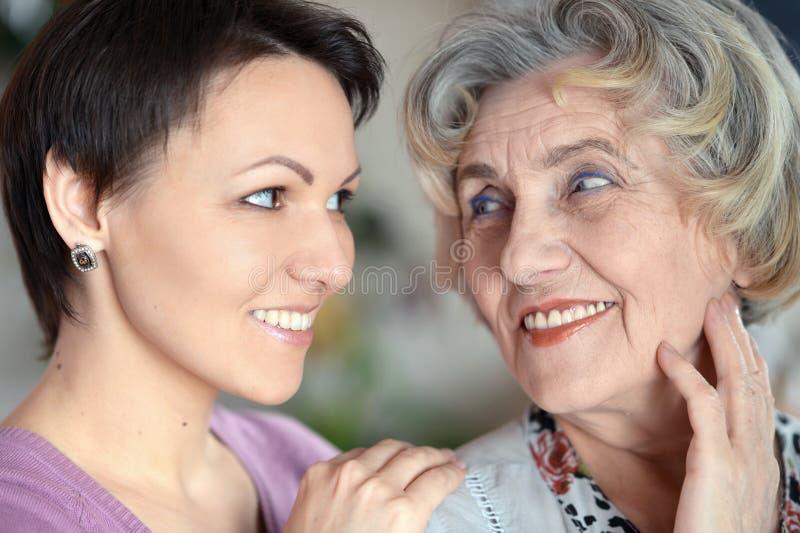 Stående av en äldre kvinna och en ung kvinna arkivbild