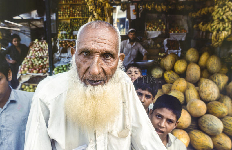Stående av en äldre man i Pakistan royaltyfri fotografi