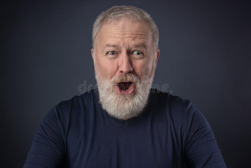 Stående av en äldre man med en förvånad imitatör royaltyfri bild
