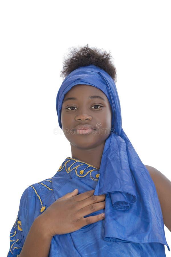 Stående av en älskvärd flicka som bär en blå sjalett som isoleras royaltyfri foto