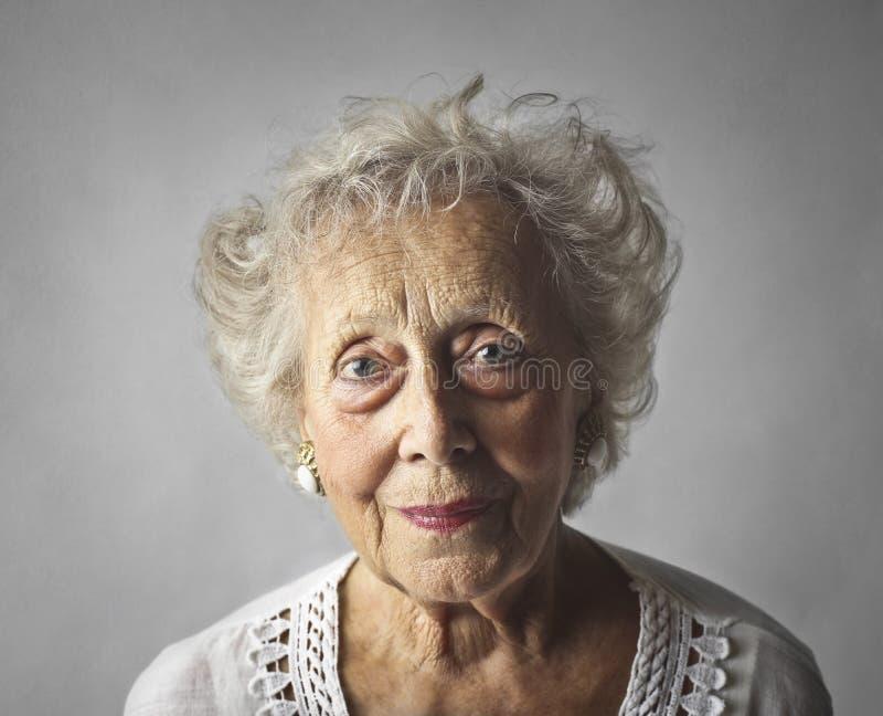 Stående av en åldrig kvinna arkivbilder