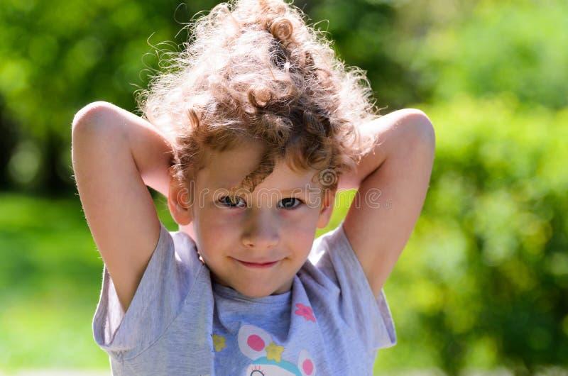 Stående av en årig caucasian flicka små tre i en parkera royaltyfria foton