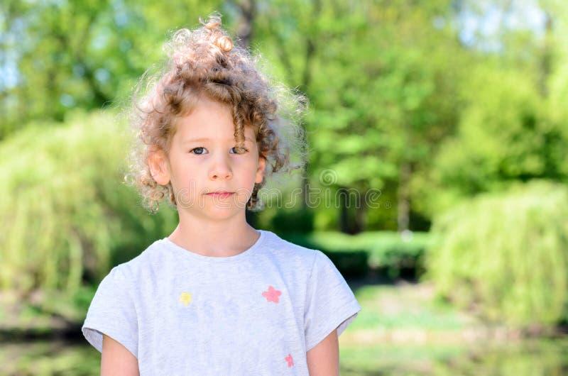 Stående av en årig caucasian flicka små tre i en parkera arkivfoton
