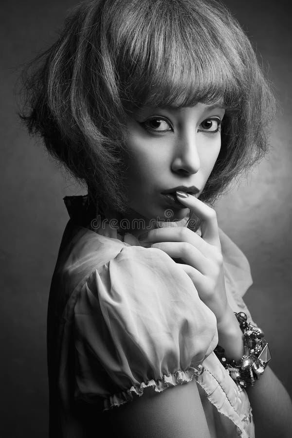 Stående av en östliga unga Orient, asiatisk flicka med fashionabl royaltyfri bild
