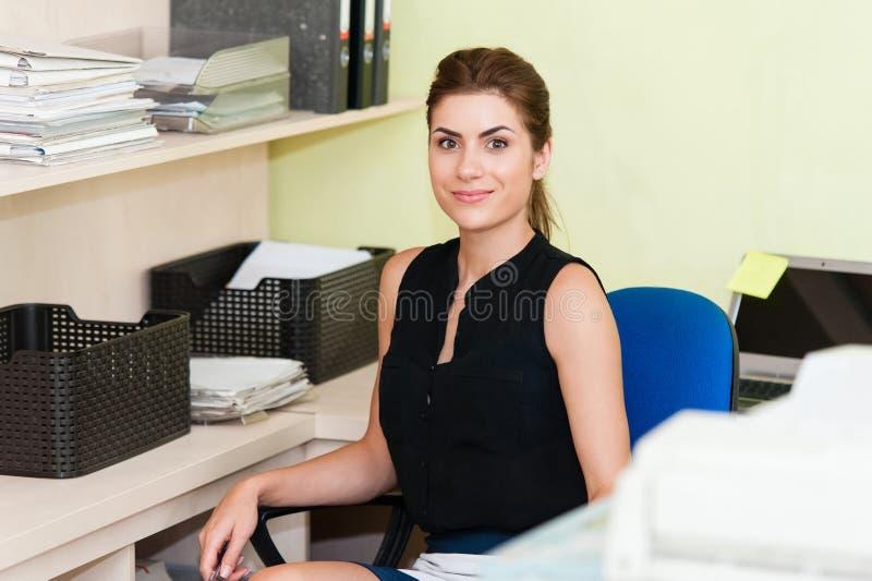 Stående av en affärskvinna royaltyfria foton