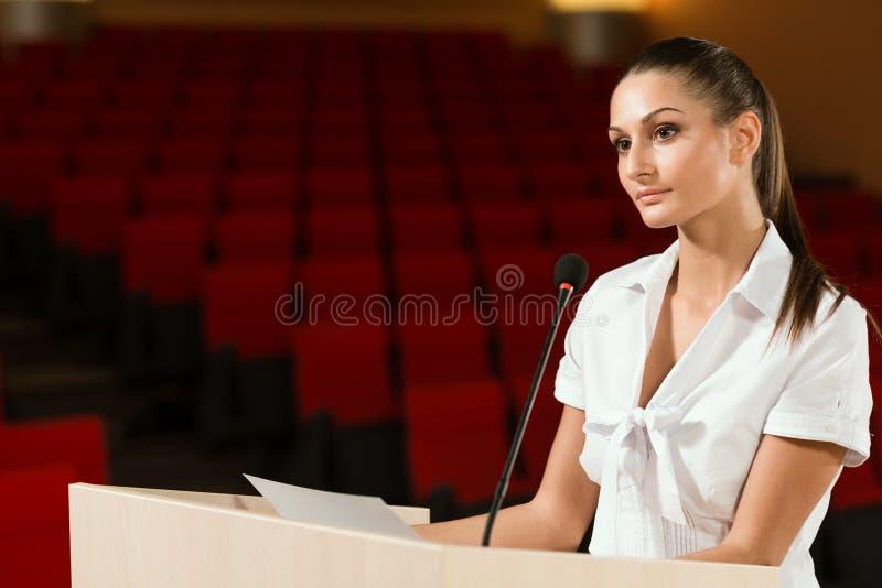 Stående av en affärskvinna med mikrofonen arkivbild