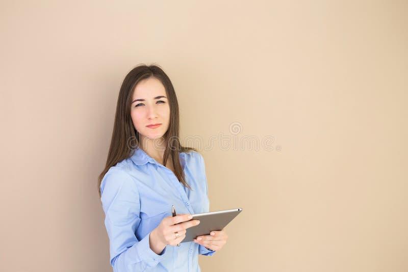 Stående av en affärskvinna som använder en minnestavla royaltyfria bilder