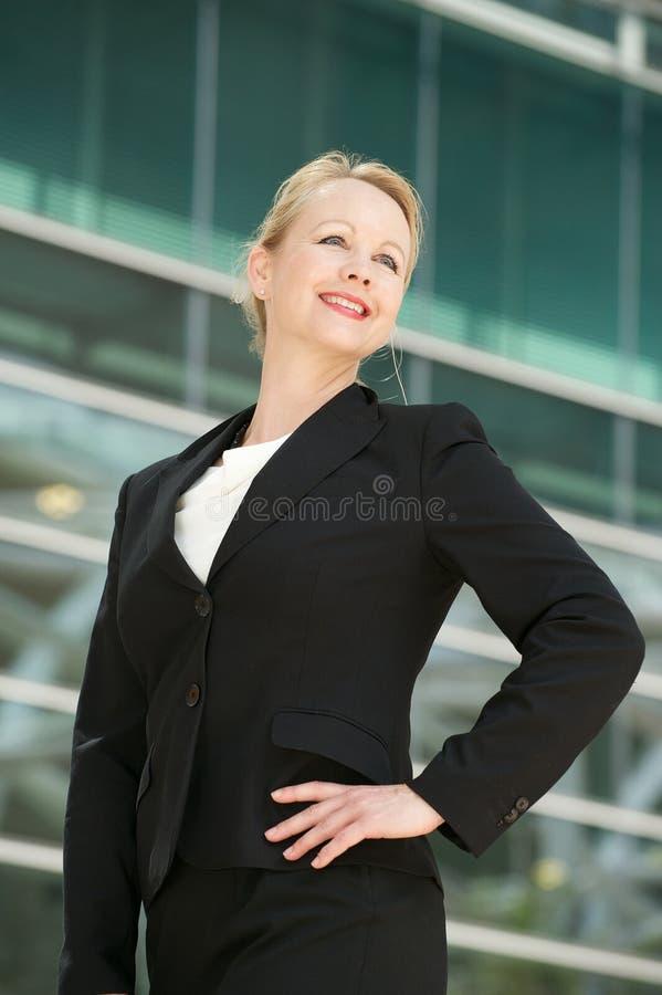 Stående av en affärskvinna som utomhus ler arkivbild