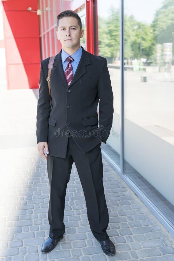 Stående av en affärsman nära kontoret arkivbilder