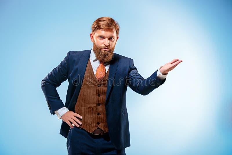 Stående av en affärsman som isoleras på blå bakgrund royaltyfri bild