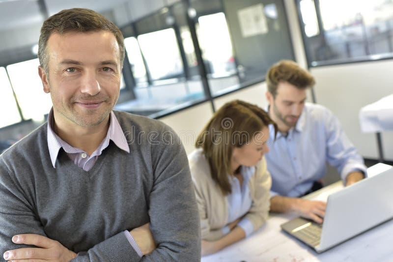 Stående av en affärsman under mötet arkivbild