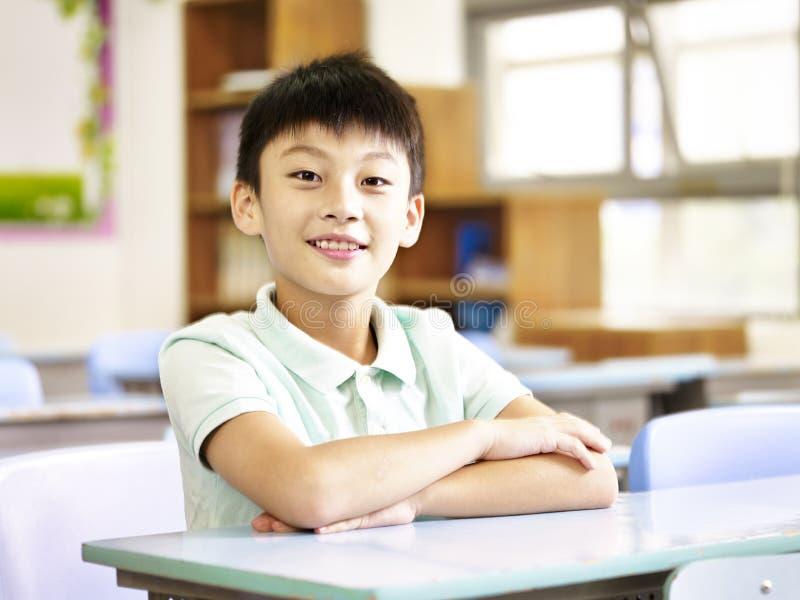 Stående av en asiatisk grundskolastudent arkivfoton