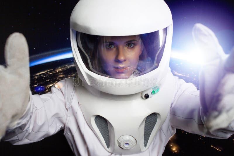 Stående av en astronaut som kretsar kring jorden Utrymmeforskning, begrepp Beståndsdelar av denna avbildar möblerat av NASA royaltyfri fotografi
